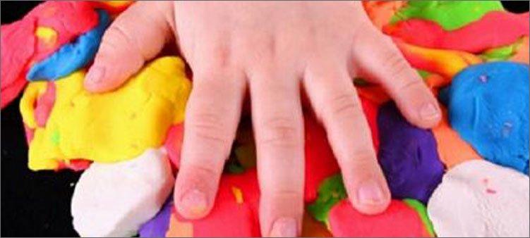 детская-рука-на-цветном-пластилине