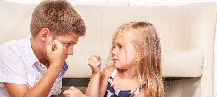 мальчик-и-девочка-показывают-друг-другу-кулаки