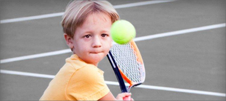 мальчик-играет-в-теннис