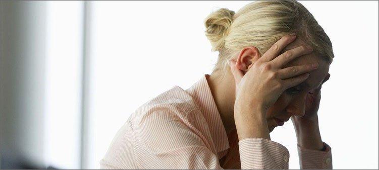 женщина-держится-за-голову-и-пытается-успокоиться