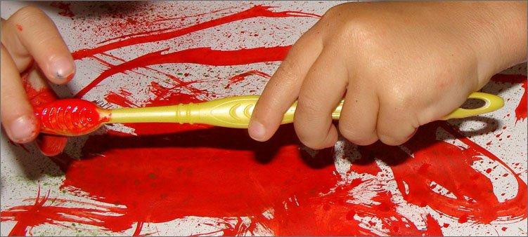 зубная-щетка-вместо-кисточки-для-рисования