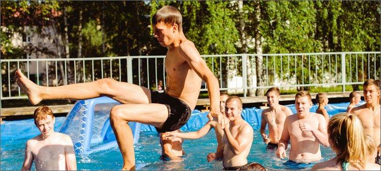 мальчик-прыгает-в-воду