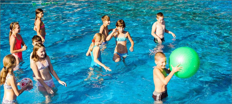 дети-купаются-в-бассейне