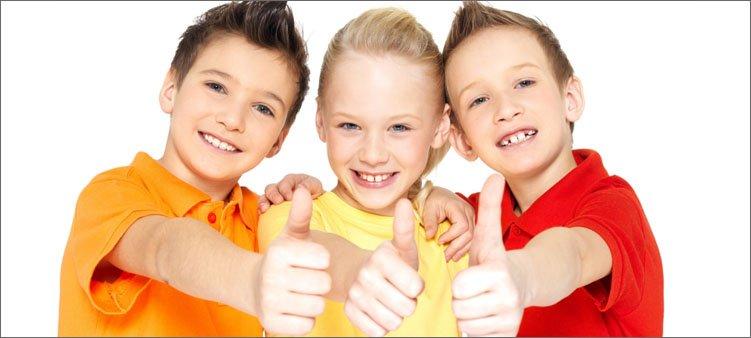 радостные-дети-показывают-во