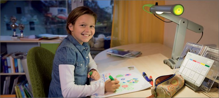 девочка-рисует-сидя-за-письменным-столом