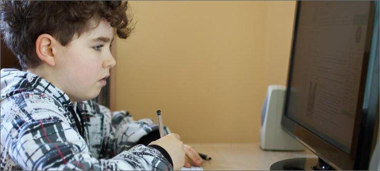 мальчик-занимается-учебой-дистанционно