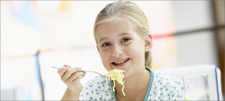 девочка-кушает-макароны