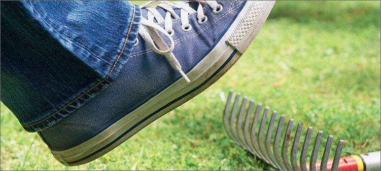 нога-наступает-на-грабли