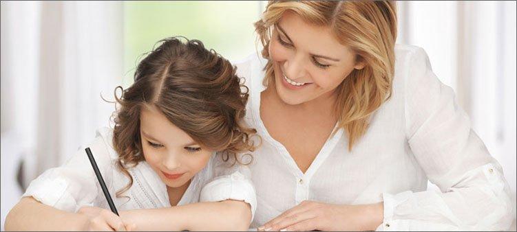 мама-и-дочка-пишут-в-тетради