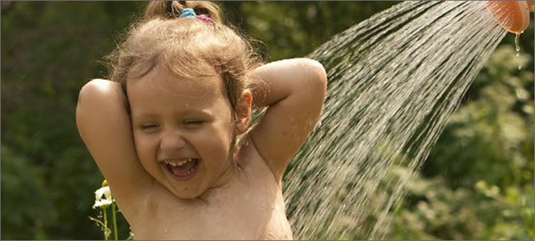 девочку-поливают-из-лейки