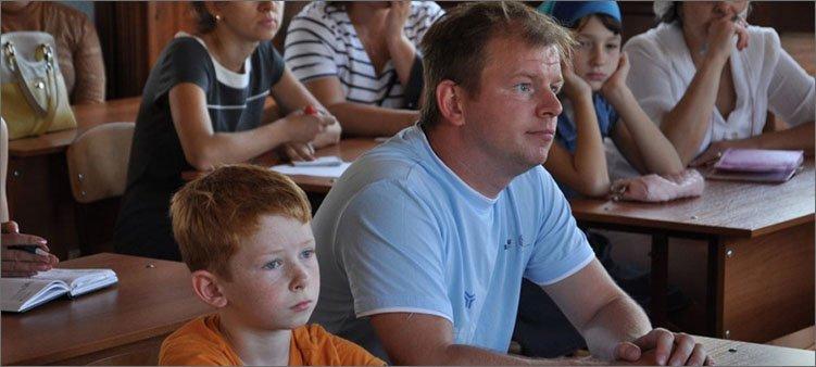 папа-и-сын-в-классе-на-собрании
