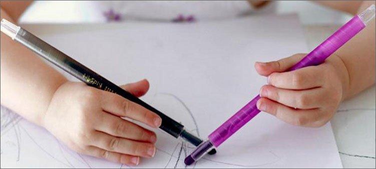 ребенок-рисует-двумя-руками