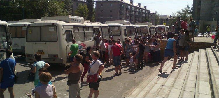 люди-садятся-в-автобусы