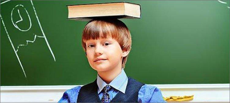 мальчик-держит-книгу-на-голове