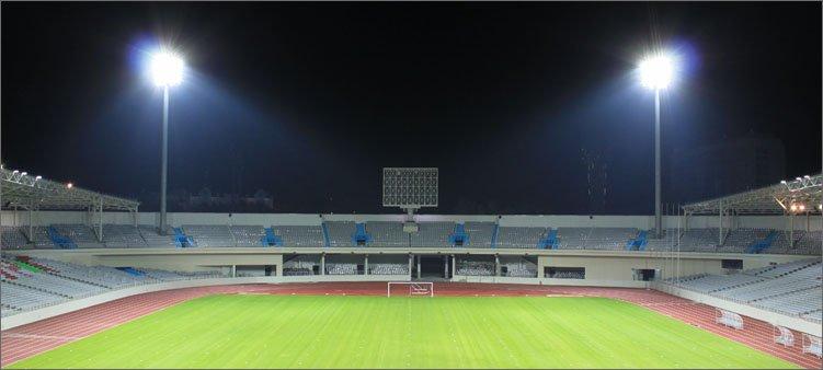 прожекторы-освещают-футбольное-поле