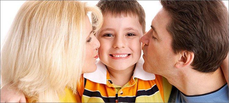 мама-и-папа-целуют-сына
