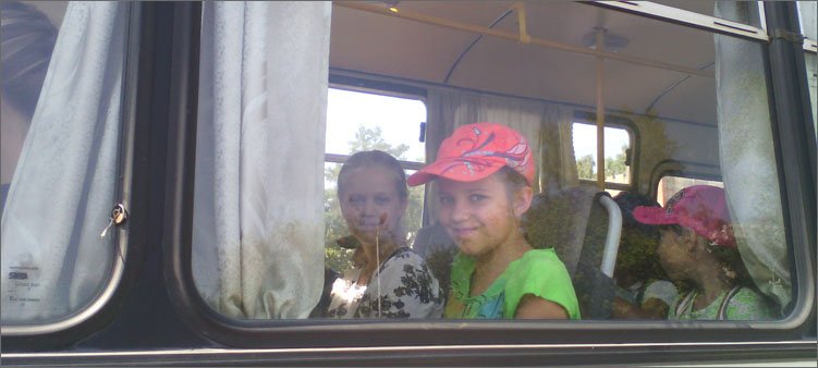 девочки-сидят-в-автобусе