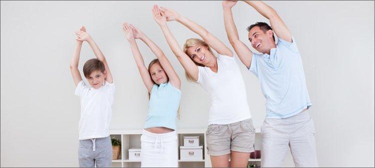 семья-делает-зарядку