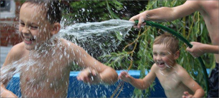 мальчиков-поливают-водой-из-шлангов