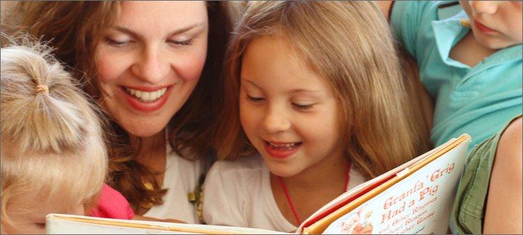 мама-читает-детям-книгу