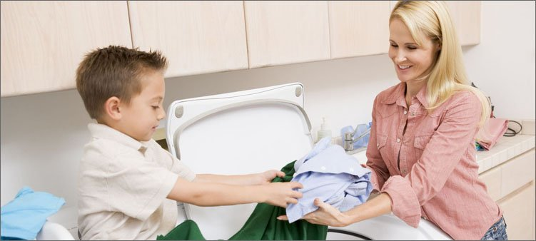 мама-и-сын-стирают-белье