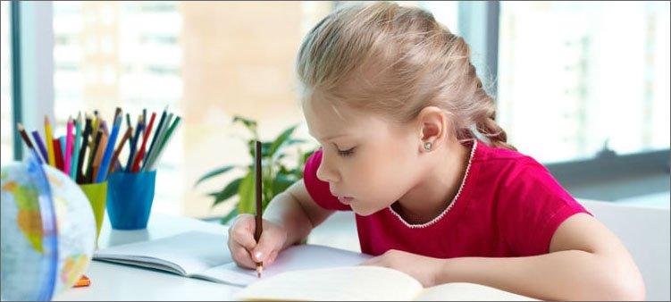 девочка-внимательно-делает-уроки