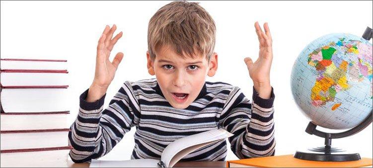 мальчик-за-письменным-столом-в-шоке