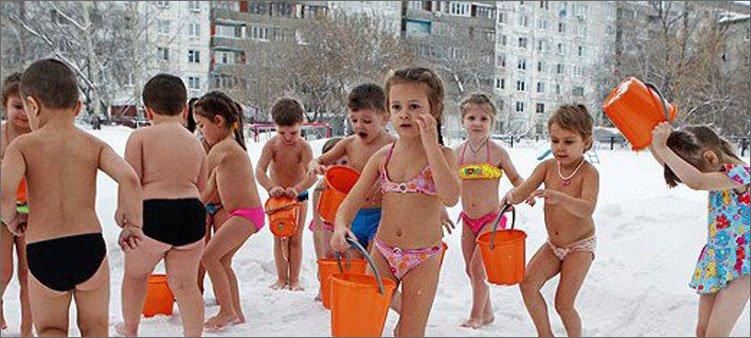 дети-закаляются-зимой-на-улице