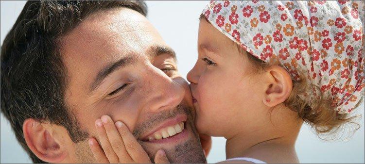 дочка-целует-папу-в-щеку