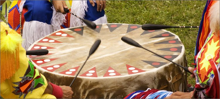 индейцы-стучат-в-барабан