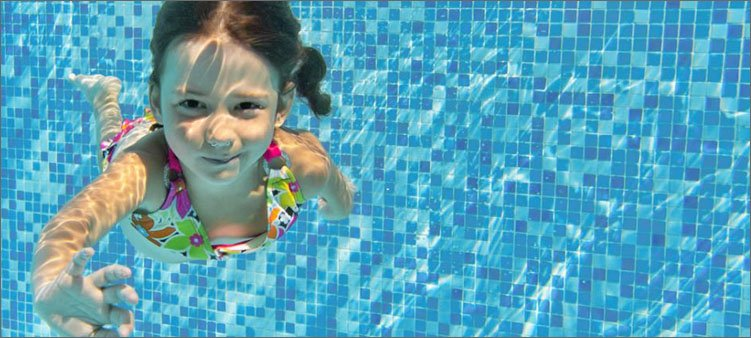 девочка-плывет-под-водой-в-бассейне