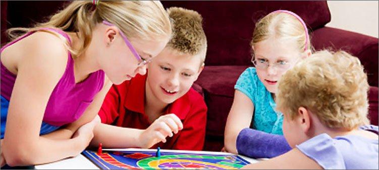 дети-играют-в-настольную-игру