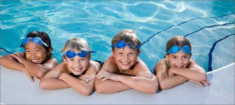 улыбающиеся-дети-в-бассейне