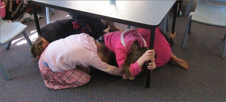 дети-спрятались-под-стол