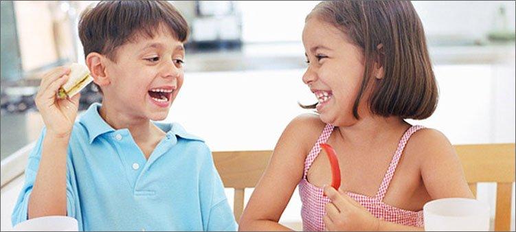 дети-едят-овощи-и-смеются