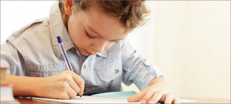 мальчик-пишет-в-тетради