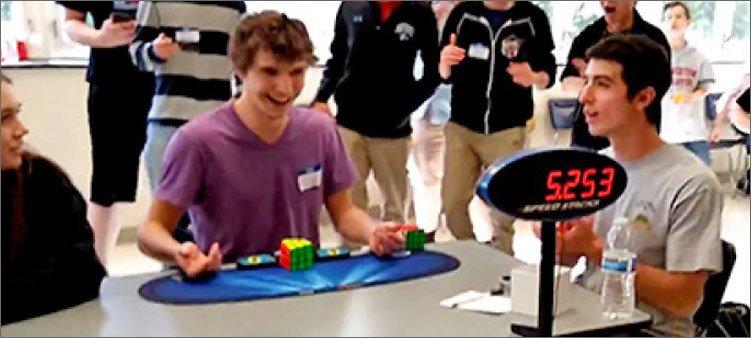 молодой-человек-полностью-собрал-кубик-рубика