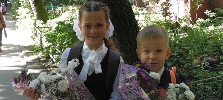 Мальчик-и-девочка-собираются-в-школу-1-сентября