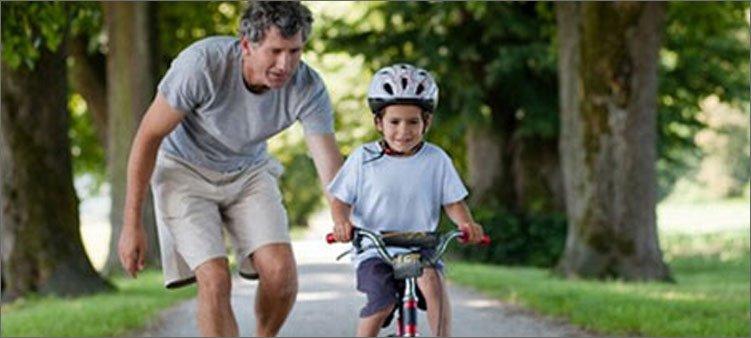 папа-учит-сына-кататься-на-велосипеде