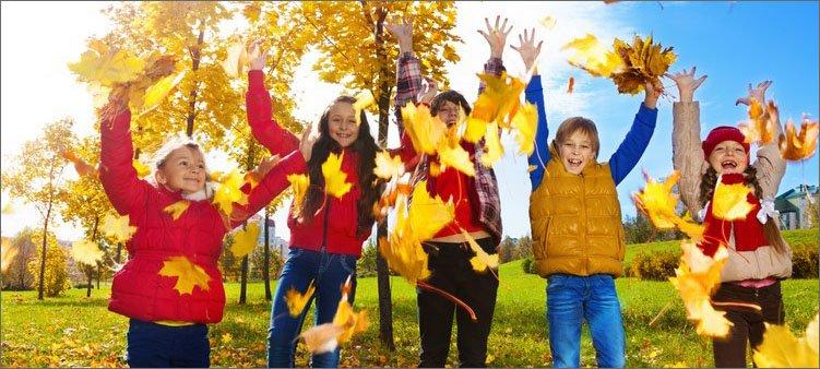 дети-гуляют-в-осеннем-парке