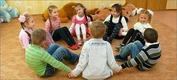 дети-сидят-в-кругу-на-ковре