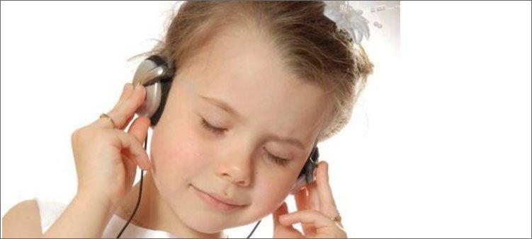 девочка-в-наушниках-слушает-музыку