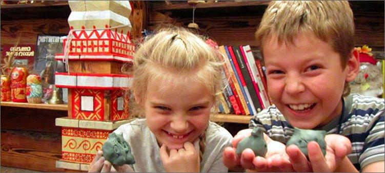 дети-показывают-поделки-из-глины