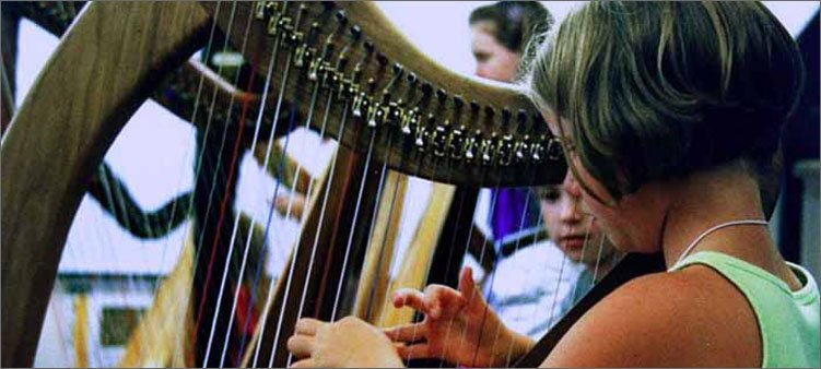 девочка-играет-на-арфе