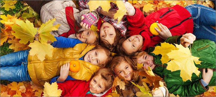 дети-ваяются-в-осенних-листьях