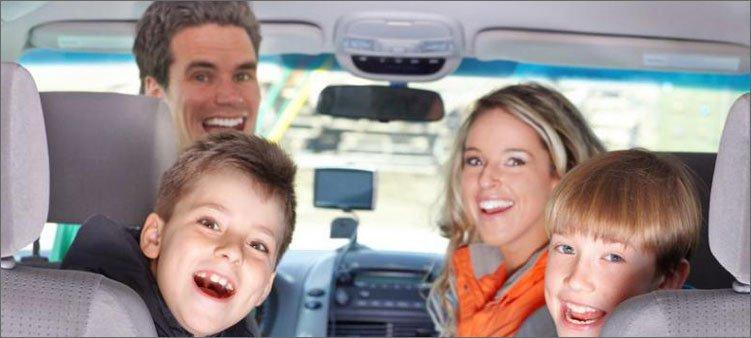 семья-сидит-в-машине