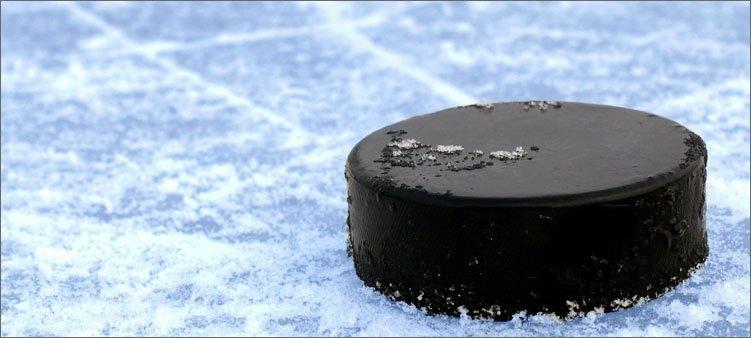 хоккейная-шайба-на-льду