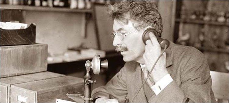 человек-говорит-по-старинному-телефону