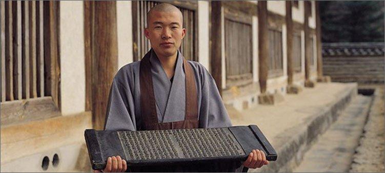 типитака-в-руках-у-буддийского-монаха