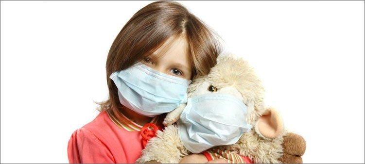 девочка-и-ее-игрушка-в-медицинских-масках
